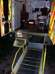 Nakládací rampa a šikovný vyklápěcí schůdek v zadní části nových sanitních vozů
